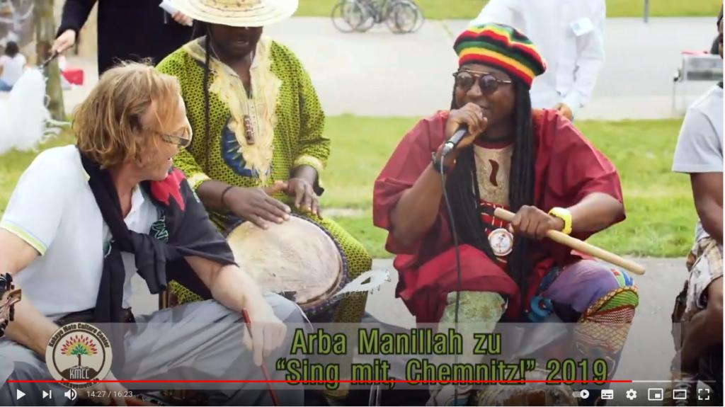 """Arba Manilla singt und trommelt zu """"Sing mit, Chemnitz!"""" 2019 auf dem Konkordiapark."""