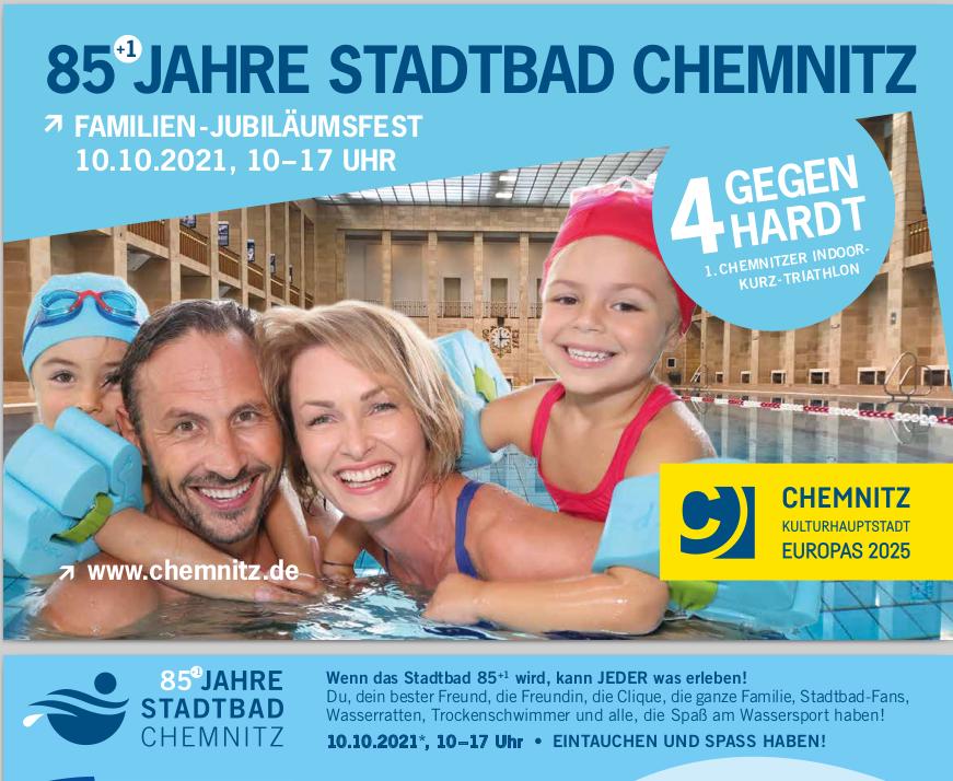 Flyer zum Stadtbadjubiläum 85+1 Jahre Eine Familie - Frau und Man und zwei Kinder schauen aus dem Schwimmbecken zum Fotografen. Dahinter ist die 50m-Halle zu sehen.